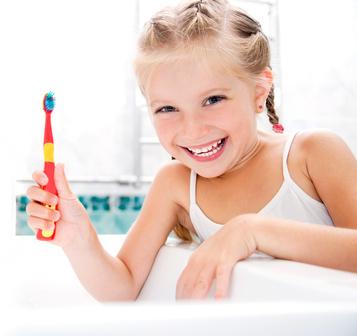 Kinderzahnheilkunde - Kind mit Zahnbuerste