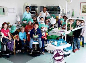 Gruppenbild mit kleinen Patienten - Zahnarztpraxis in Heikendorf am Dorfplatz 4